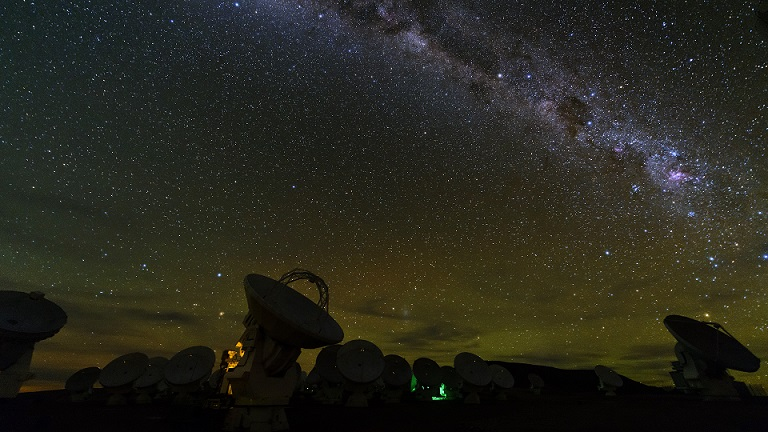406_The Milky Way above the ALMA telescope in Chile © ARTE France _ Curiosity Stream _ ZED _ Essential Media and Entertainment - 2018